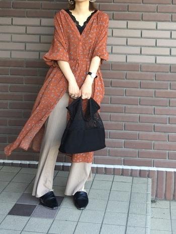ロング丈のワンピもおすすめです。ブラウン系に加えてネイビーやブラックなどのカラーは締まって見えて◎シャツワンピなどを羽織ったコーデもおしゃれで可愛いですね。