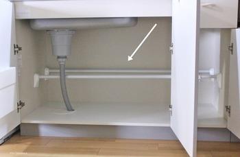 そんな時は幅の調節もできる2本の突っ張り棒を使います。突っ張り棒であれば排水のパイプもうまく逃す調節ができるんですよ。