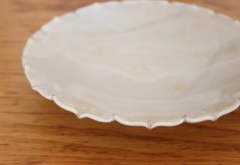 一枚あれば絵になる、テーブルを華やかに盛り上げてくれる大皿。お料理によって使い分けたり、色や形が気に入ったりで大皿も増えていくアイテムの一つです。重ねてしまうと取りづらく、頭を悩ませてしまいますよね。
