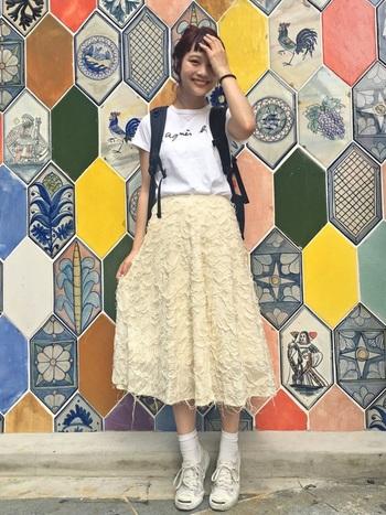 THE NORTH FACE の「SINGLE SHOT」を着用。レーシーなミモレ丈スカート以外のアイテムはリュックにTシャツとスポーティにまとめたコーディネートです。「SINGLE SHOT」は定番アイテムなので、子どもっぽくならず様々なテイストのおしゃれとのミックスを楽しめますよ。