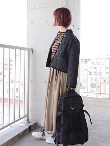 洋服をベーシックカラーでまとめて、Leeのリュックをプラス。ベージュ系の洋服に合わせるとリュックが引き締め役になってくれますね。ロゴの主張もほどほどなので、スポーティになりすぎません。旅行などにも使える大きさは便利ですね。