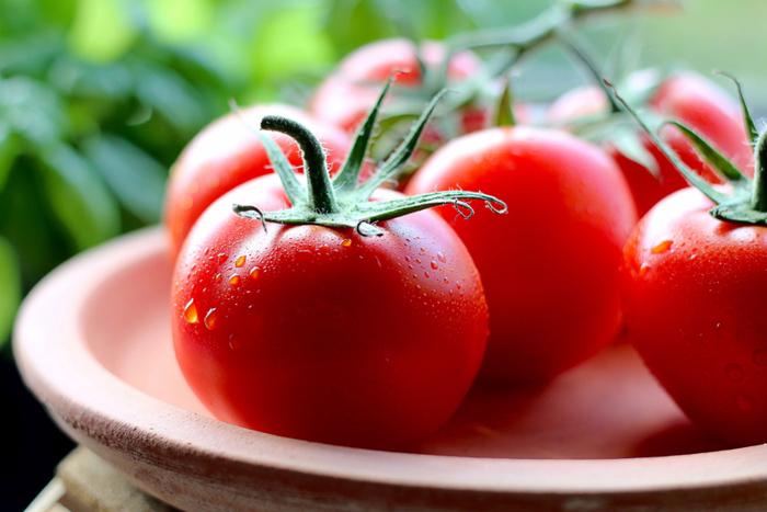 ぬか床が痛んでしまう食材とは、水分が多過ぎる熟したトマトのような食材や、ねばねばした山芋などの食材で、これらを漬けると、ぬか床が再利用できなくなってしまうので注意が必要です。