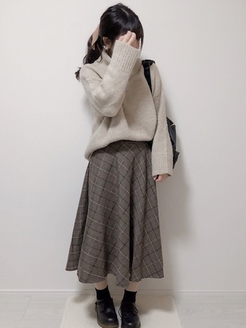 オーバーサイズのニットとボリュームのあるスカートにDEVICEのリュックを合わせたスタイリング。片方の肩掛けで抜け感を出して上手に持ちこなした一例です。
