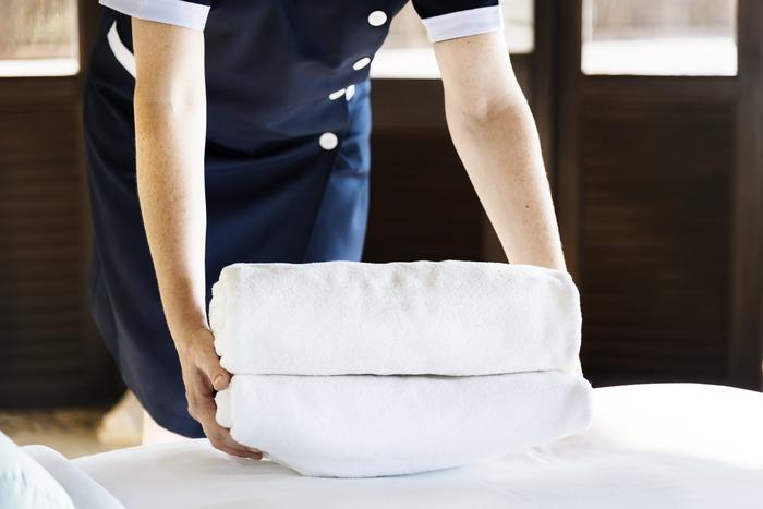 ホテルでは、ベルボーイやルームキーパーなど、たくさんのスタッフが快適に過ごせるように環境を整えてくれています。ですから、サービスを受けた際には、感謝の気持ちを込めて必ずチップを渡すようにしましょう。ハウスキーピングの方にもきちんと渡せるように、枕の下にメモを添えておいておくとスマートですね。  金額は、1~2ドル程度で大丈夫です。