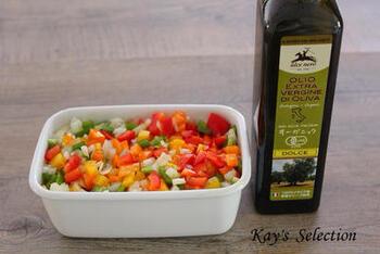 玉ねぎ、セロリに、カラーピーマンなどたっぷりの野菜を漬け込んだレシピ。 すべての野菜をみじん切りにしたら、すりおろした生姜やにんにくを加えてオイルに漬けるだけ。  スープやパスタにアレンジしたり、作っておくと便利です。