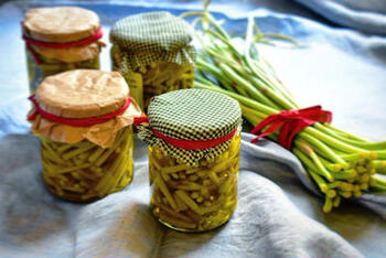 旬が短いにんにくの芽は、いっぱい買ったららオイル漬けにしておくのがおすすめ。  お肉料理に添えたり、チーズと合わせて前菜にも◎