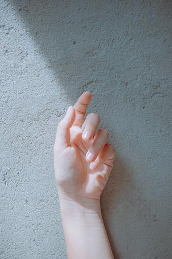 甘皮とは爪の根元、皮膚との境目にある皮のこと。薄い膜のようなもの(ルーズスキンといいます)を除去することで、見た目がすっきり美しくなります。