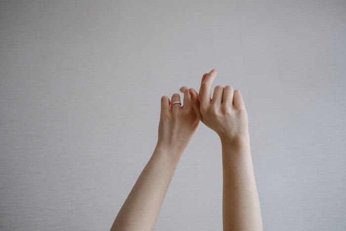 いかがでしたか? お肌に比べると、つい油断しがちな指先のお手入れ。今まであまりしてこなかった人ほど、きちんとセルフケアすれば、自爪が見違えるほど美しくなりますよ。毎日の習慣に、ぜひ取り入れてみてください♪
