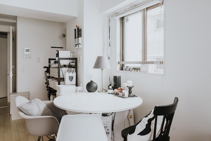 お部屋のほぼ真ん中辺りにテーブルが置かれていますが、椅子に座るときのスペースも十分あるため、ゆったり過ごせそうですね。  また、クローゼットと向かい合わせに収納棚が置かれているため、どちらで作業するときも十分なスペースがあり、片付けしやすいでしょう。