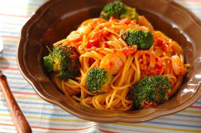 酸味の効いたトマトソースに生クリームをプラスすると濃厚なトマトクリームソースになります。エビの美味しさもプラスしてまるでレストランのような美味しい一皿をご家庭でも!