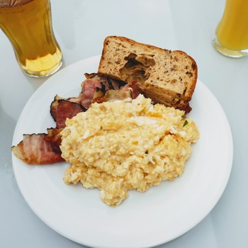 【NG例】 彩りを気にせずに盛り付けた朝ごはん。美味しそうなんですが、ちょっと物足りない感じです。