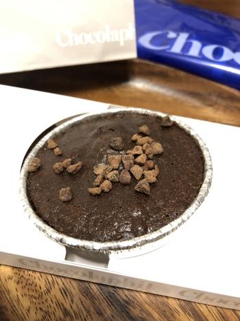 ガトーショコラにはカップタイプとバータイプの2種類があります。カップタイプの「焼きたてガトーショコラ ロンド」は、アルミカップに入っており、スプーンですくって食べるふわふわとした食感が特徴です。バータイプの「ガトーショコラ レクタングル」は切り分けて食べるタイプで、どっしりとした食感と濃厚さが特徴です。