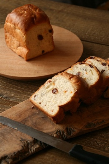 その中から今回は、パン好きの方はもちろんのこと、食通たちをも魅了する東京都内の大人気のパン屋さんをご紹介します。 食パンやクロワッサンといった定番メニューをはじめ、こだわりの食材を使用したオリジナルメニューなど、そのお店でしか味わえない美味しいパンも必見ですよ。