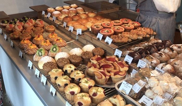 爽やかなブルーの壁をアクセントにしたおしゃれな店内には、食パンやカンパーニュ、ケーキにクッキーなど様々な種類のパンと焼き菓子が並びます。