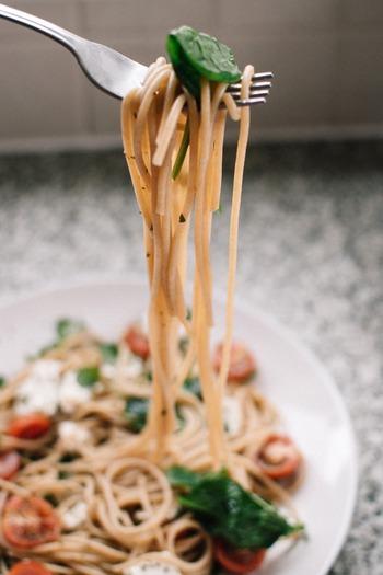 そしてもっともポピュラーな1.6mm前後の「スパゲッティーニ」はオイル系クリーム系、トマト系などしっかりしたソースによく絡み、一番使い勝手の良いパスタです。乾麺や生麺もあります。
