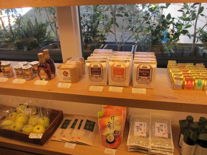 「食のセレクトショップ」としても注目されている365日の店内では、パンのほかにも野菜・果物・調味料・お茶など、日本全国から集めた様々な食材が販売されています。近くには姉妹店の人気カフェ「15℃」もあるので、365日を訪れた際にはぜひそちらにも足を運んでみてはいかがでしょうか。