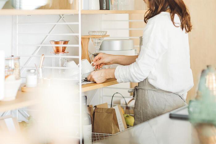 収納はよく使う家電や食器を手に取りやすいゴールデンゾーンに置き、使用頻度の低い物を手の届きにくい上段か下段に置きます。  キッチンツールや調味料は、コンロと調理スペースから、歩くことなく手が届く位置にセットすると作業効率が上がりますよ。