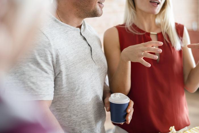 きれいな言葉遣いは、人柄や育ちの良さを感じさせます。よっぽど気のおけない友人でもない限り、若者言葉やスラングはもってのほか。また言葉遣いだけでなく、内容にも注意が必要です。特に他人の悪口や噂話は、結局自分の品位を落とすことになりますので避けるようにしましょう。