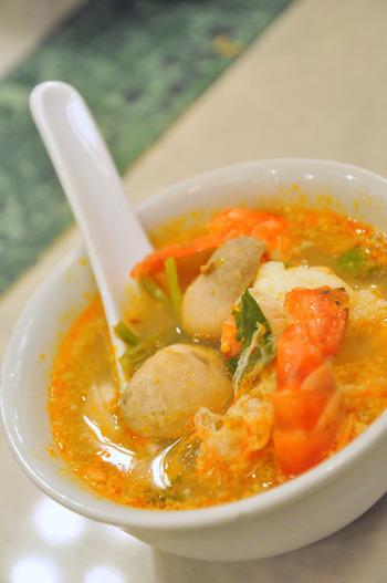タイ料理の醍醐味は「辛さ」ですが、トムヤムクンなどでもわかるように、ただ辛いわけではありません。酸味や甘み、塩味が絶妙に混ざりあった複雑な味わいを持っています。