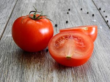 そのリコピンをはじめ、ビタミン、カリウム、食物繊維など、トマトに含まれるほとんどの栄養成分が、ミニトマト・プチトマトの方が上なんです。
