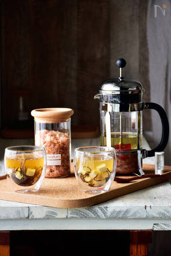 朝のキッチンにふんわりおだしの香りがたちこめると幸せな気持ちになりませんか?こちらはなんと、コーヒーのフレンチプレスを使って簡単にだし汁をとる方法です。塩昆布をぱらりと加えれば、余計な調味料を加えなくても十分美味しくなります。