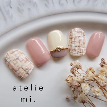 アイボリーとピンクの柔らかい雰囲気のツイードネイル。マットな質感がさりげなくツイードを見せていて、きれいめはもちろん、普段着でもどんなコーデにも合わせられます。中指のストーンがリングのようでおしゃれ。