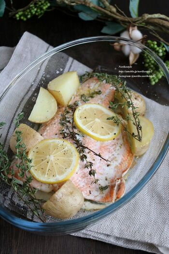 これから旬の秋鮭を、レモンとタイムで爽やかに味付けしたレシピ。ヘルシーなのも嬉しいポイントです。簡単にメイン料理が作れちゃうので、パーティレシピとして活躍してくれそうです。