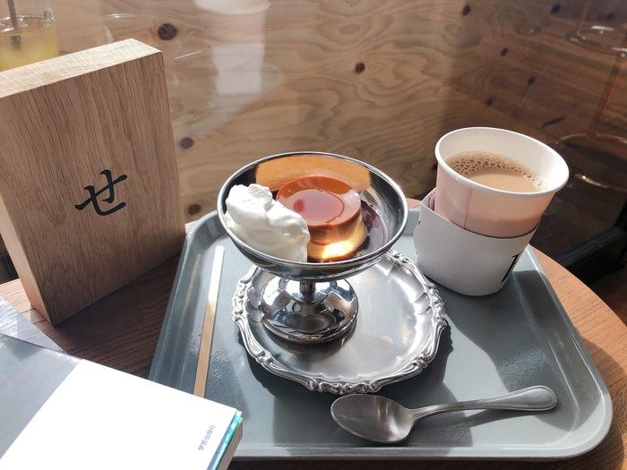 入場料を払えば店内の珈琲やお茶は飲み放題となります。喫茶室には軽食や食事も用意されており、別料金で楽しめます。特に懐かしさも感じる「プリン」は大人気です。一日ゆっくり過ごしたい方に最適な施設です。