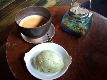 古民家カフェ「mugimaru2」では、おいしいお饅頭をいただけます。散策に疲れて甘いものが食べたいときにおすすめです。レトロな内装で、気分を盛り上げてくれます。