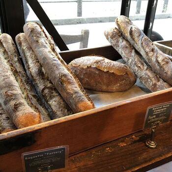 靖国神社前にあるおいしいパンとコーヒーのお店、「FACTORY」。朝からオープンしているので、早朝皇居ラン後の朝ごはんにもおすすめ。ランニングでお腹を空かせたあとに食べる香ばしいパンは格別です。