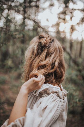 """流行がすぎたもの、古びて見えるもの、着たいと思えないものは、""""賞味期限""""を過ぎています。傷みもなくキレイな状態でも、おしゃれを楽しめる時期はとっくに過ぎてしまっているのです。過去に自分を美しく見せてくれた洋服も、今の自分を美しく見せてくれるとは限りません。"""