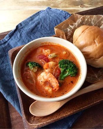 こんなカフェメニューのようなおしゃれなスープが朝から飲めたら幸せ…♪エビとブロッコリーで食べ応えたっぷりのトマトクリームスープです。トマトの力に誘われて美意識も上がりそう。冷蔵で3日、冷凍で2週間ほど保存可能です。