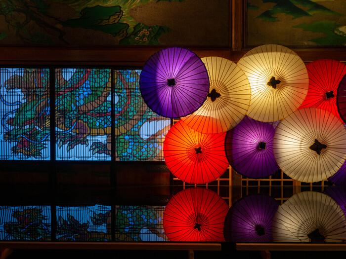 東京都指定有形文化財に指定されている「百段階段」は、坂を上った先にある「ホテル雅叙園東京」の中にあります。非常に長い木造階段と階段・各部屋の美しい歴史ある装飾を楽しめるほか、ツアーやイベントも開催しています。大円寺に続き、歴史情緒を感じられる坂道さんぽになりそうですね。
