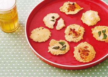 フライパンで粉チーズを焼くとチーズせんべいになります。アーモンドやバジルmパプリカパウダーを加えた洋風はもちろん、干し桜海老やあおのりなどの和風アレンジもおすすめです。