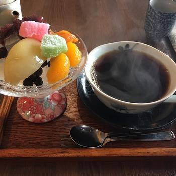 菊坂の雰囲気によく合った佇まいの古民家カフェ「ひとは」では、おいしい和スイーツをいただけます。ミニあんみつは、どこか懐かしくほっとするお味です。