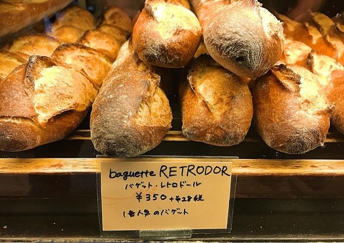 こちらのお店の一番人気は、レトロドールというフランス産のバゲット専用粉を使用した「バゲット・レトロドール」。外はカリッと、中はふっくらもっちりした食感が特徴で、噛むほどに甘みが増して小麦本来の美味しさが味わえます。
