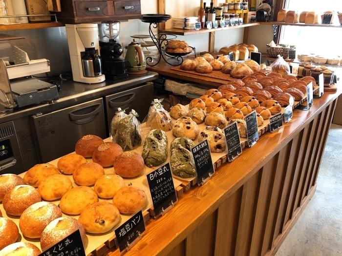 食パンやカンパーニュといった定番メニューから、パンオショコラなどのデザート系まで、お店では約20種類の様々なパンが販売されています。