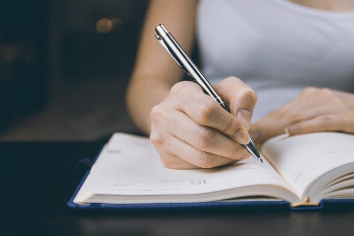 頭の中だけでとりとめもなく考えていると、かえって混乱を招きます。そんな時は、箇条書きでもいいので書きだしてみてください。客観的に見ることで、新しい発見や解決策につながります。