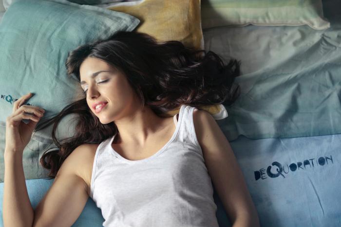 人は寝ることで気持ちをリセットし、明日への活力を養います。また悩み事は、夜に考えると必要以上に深くなりがち。そういう意味でも、意識的に睡眠を取る方が、困難に立ち向かいやすくなります。