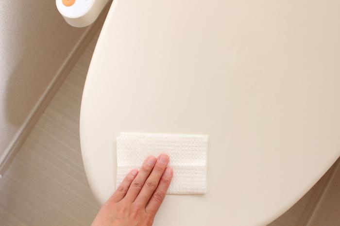 『いつでもHOME』まどなおさんは、毎朝1分のトイレ掃除を日課にしています。1分というとなんだか短く感じますが、毎日お掃除すると汚れも少ないので、1分でも十分だそうです。まずコロコロで床のゴミを取り除き、次にシートでを拭いていきます。トイレ全体を拭かずに便座や床など汚れやすい部分に絞って拭くことで、掃除時間が短く済みます。他の部分は毎日ではなく、数日ごとに掃除すると◎