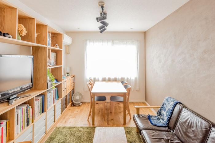 背の高い家具は壁面に集結させることで、すっきりしたお部屋に見え、お部屋の片側に動線を作るレイアウトに向いたアイデアです。  ドアから窓までまっすぐに動線があり、視界も抜けるので、狭さを感じさせないお部屋になっています。 収納へのアクセスがしやすく、物の出し入れもしやすいでしょう。  家具や間取りに合わせて生活動線を整え、居心地の良いお部屋を作ってみてくださいね♪