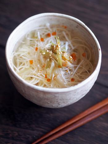 もうちょっと食べ応えが欲しい場合は、素麺やうどんをプラスしたスープ麺にしてみてもいいですね。このレシピをベースにお好きな具材を足せば、軽めのランチメニューにもなりますよ。