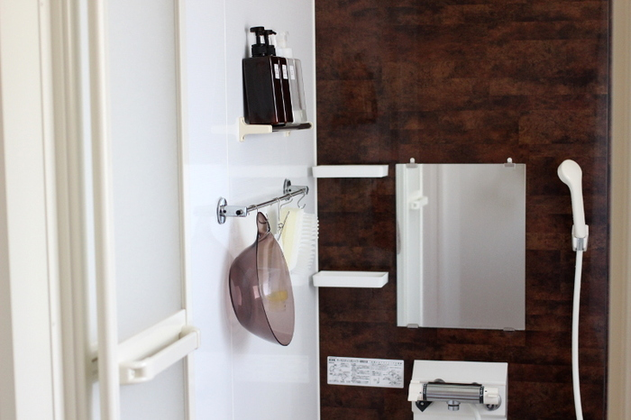 お風呂掃除が家事の中でも面倒だと感じているまどなおさんは、浴室のシャンプーやトリートメント、洗面器などを壁に収納し、浴室掃除ができる限り楽になるように工夫した空間づくりをしています。浴室の水を毎回拭き上げるのが面倒という方も多いはず。そんな時はまどなおさんのように、100円ショップのアイテムを上手く取り入れるのがおすすめです。