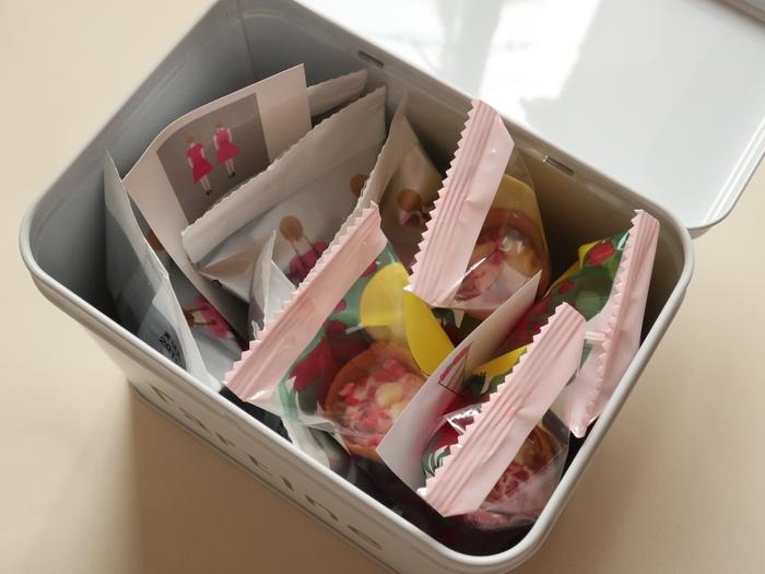 ピンクのワンピースのタルティン姉妹の「タルティン四角缶」もあります。中には人気の2種類お菓子が入っていて、食べ終わった後はお裁縫ボックスや小物入れとして使えます。(時期によって中身が変わります)
