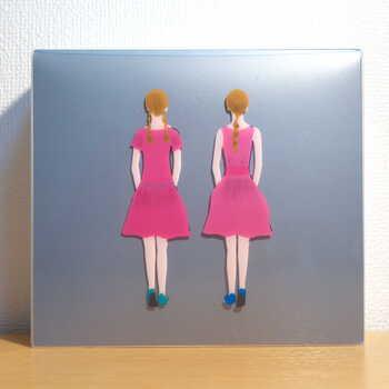 「ストロベリーアーモンドタルト」のパッケージでは、ピンクのワンピースに衣替え。「Wストロベリーチョコタルト」との詰め合わせもありますよ。