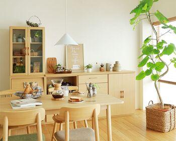 家事作業がたくさんあるキッチンは、まさに作業効率が動線に左右される場所。  キッチン内だけでなく、往来の多いダイニングテーブルやリビングへの動線を広く取るようにしましょう。  物が溢れやすい場所ですが、収納を整え、床に極力物を置かないようにすると、家事が楽になりますよ。