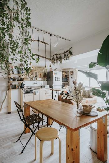 キッチンや冷蔵庫などが横並びになるI型キッチンは、コンパクトで見せるキッチンを作りやすく人気ですが、横に移動する機会が多くなり、作業効率は少し落ちてしまいます。  振り返ってちょっと物を置いたり、作業できる作業台やワゴンがあると、使い勝手の良いキッチンに。