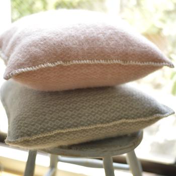 天然のウールと優しい色合いが温もりを感じるクッションカバー。思わずぎゅっと抱きしめたくなってしまう温かさです。ソファに座る時間を快適にしてくれそうです。