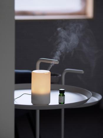 アロマディフューザーを使うと、加湿しながら香りを楽しむことができます。乾燥しがちな秋にぴったりの方法ですね。香りが広がりやすいので、リビングなどの大きな空間にベストです。