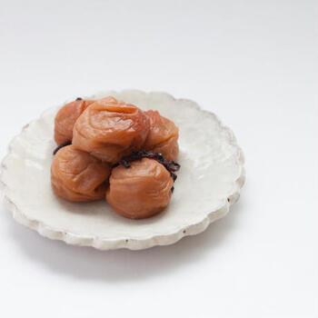 梅干のはちみつ漬けは、梅干の塩辛さがマイルドになるので、お子様でも食べやすい味に。梅干が苦手という方でも、はちみつ漬けなら食べられるかも。
